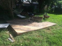 Patio Deck Out Of 25 Wooden Pallets Pallet Floors & DecksPallet Terraces & Pallet Patios Pallet Patio Decks, Pallet Deck Furniture, Wooden Pallet Projects, Wooden Pallets, 1001 Pallets, Pallet Ideas, Furniture Layout, Outdoor Pallet, Diy Pallet
