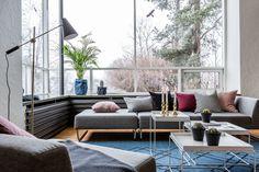Funkisboligen i Dagaliveien har fått ny farge på veggene i flere av rommene. Dette er et spesialbestilt prosjekthvor oppdragsgiver ønsket en renlinjet stil som passet med boligens enkle uttrykk, samtidig som stemningen skulle oppleves som lun og innbydende. Bildene er tatt av Veronika Moen og det er levert friske planter . Sofa, Couch, Outdoor Furniture Sets, Outdoor Decor, Living Room, Design, Home Decor, Pictures, Settee