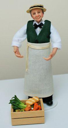 Ich möchte Ihnen Herr Aldworthy die Ladenbesitzer vorstellen.  Er wurde von Hand in Fimo geformt und seine Kleider sind von hand genäht worden. Er wird an den Armen und Beinen und sanft gestellt werden kann. Er wurde lackiert mit Genesis Heat Set Farben für Beständigkeit. Er trägt ein Stroh Bootsfahrer.  Herr Aldworthy ist komplett mit seiner Box mit Lebensmitteln, auch Hand in Fimo geformt. Dies ist die Puppe nicht zugeordnet.  Dies ist eine Miniatur-Puppe im Maßstab 1: 12 (ein Zoll). Er…