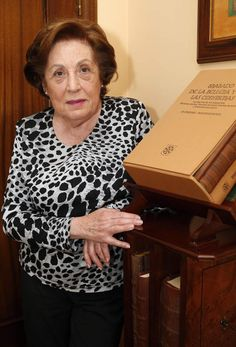 Carmen Fernández Cuervo estuvo durante 35 años al frente del Archivo Histórico Provincial de Leon. #archivos #Leon Blouse, Long Sleeve, Sleeves, Tops, Women, Fashion, Community College, Raven, Filing Cabinets