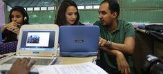 Ensino híbrido transforma aula de história no Rio - Professor Eric Rodrigues conta com o apoio de netbooks para personalizar a aula e atender o ritmo de cada aluno
