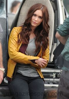 Megan Fox fashion is wonderful. She wore a yellow leather jacket. By the way, Megan Fox outfits are an amazing idea for casual wear. Megan Fox 2007, Megan Denise Fox, Dark Hair, Red Hair, Redish Brown Hair, Megan Fox Outfits, Megan Fox Style, Megan Fox Hair Color, Hair Colour