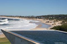 Piscina do Playa Vik com vista para Playa Mansa e hotel Bahia Vik