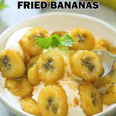 These Easy Pan-Fried Bananas make an amazing dessert in less than 10 minutes! Enjoy them with ice cream, yogurt, in crepes, or on their own. Dessert Drinks, Köstliche Desserts, Delicious Desserts, Dessert Recipes, Yummy Food, Banana Recipes Videos, Fried Banana Recipes, Kitchen Recipes, Cooking Recipes