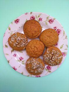 Lembram-se das panquecas de abóbora? Tinha já abóbora cozida para lhe dar o uso do costume: panquecas ou granola, mas porque não uns queques de abóbora? Picnic Snacks, Muffins, Granola, Cookies, Breakfast, Desserts, Recipes, Food, Pumpkin Cupcakes