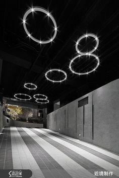 在新北市的社區大樓公共空間內,設計師以現代奢華風為語彙,將建物化為藝品,運用光雕般的吊燈、放射狀的圖騰等元素建構整個空間,讓居住者在回家休憩以前,都能體驗到一場挑戰感官的浮雕饗宴。  大門以充滿安全感的厚實分量打造,將圓形天花板結合燈光,創造獨特的懸浮視覺感,對開門片則在大理石與通透材質結合下,延展出整幅磅礡的畫面,建物外的長廊則在天花板與地坪勾勒線條圖騰,於轉角處形成散射場景,充滿力道美感;走進接待大廳,則可見到充滿切割力度的櫃檯量體,搭配從天而降的螺旋燈飾,打造出弧線與銳角的衝突之美,一旁的交誼會客區則坐落在大面落地窗之間,窗框線條搭配通透材質,形成無限挑高的尺度;開放 LOUNGE 吧檯則提供給居住者一處放鬆的地方,在天花板做出動感流線,搭配著環狀造型燈飾,在低調的燈光設計下,給人一股紓壓雅痞的氛圍;健身空間則將天花板拼接不同材質,弱化原先較低的天花結構,運用框線架構出向上延伸的視覺感受,讓使用者在揮灑汗水的同時,也擁有美好的空間體驗。  小編的最愛…