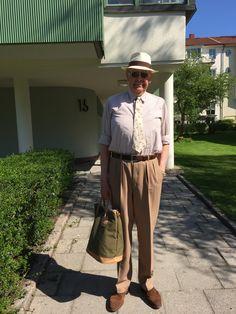 På väg hem från gymmet. Elson-brallor, mockaskor från Allen Edmonds, Panamahatt från Kanaljen och en fin gammal 40-talsskjorta.
