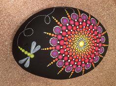 Estas rocas son mano escogida de las orillas del lago Ontario, elegido cuidadosamente para su única forma redonda. Esta hermosa piedra es pintada con pinturas de acrílico y sellar con 2 manos de sellador para ser durable en el interior y hacia fuera. Cada roca tiene una detallada,