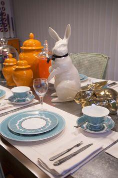 ESTILO PILAR 2015 BOUQUET. Juego de vajilla porcelana china color tiffany, conejo blanco y dorado. Como centro de mesa unos potiche color naranjas.  Todo de SALAZAR casa