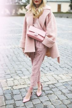 """""""One of the newest street style trends for 2017 is one-colour outfits, a striking look that's sure to turn heads. Would you ever rock this bold look? Pic via blaireadiebee"""" Monochrome Outfit, Monochrome Fashion, Pink Fashion, Fashion Looks, Fashion Outfits, Womens Fashion, Fashion Trends, Fashion Tag, Minimal Outfit"""