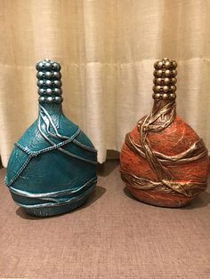Discover thousands of images about Lorra Recycled Glass Bottles, Glass Bottle Crafts, Wine Bottle Art, Lighted Wine Bottles, Diy Bottle, Bottles And Jars, Wedding Centerpieces Mason Jars, Plastic Bottle Flowers, Decorated Wine Glasses