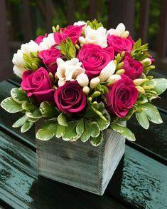 Rosas e frésia - lindas! - Flores e plantas - . Amazing Flowers, Fresh Flowers, Beautiful Flowers, Hot Pink Flowers, Flower Colors, Flowers Vase, Table Flowers, Rose Arrangements, Beautiful Flower Arrangements
