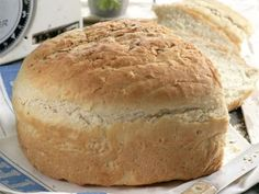 Dit is 'n basiese witbroodresep dié en sy geheim is om die deeg baie goed in 'n broodmenger te knie. 'n Voedselverwerker werk net so goed. Kos, Ma Baker, Bread Recipes, Cooking Recipes, Bread Bun, Bread Rolls, South African Recipes, Our Daily Bread, Bread And Pastries