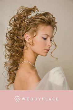 Wir verraten Euch, was alles möglich ist, welche Brautfrisuren Trends uns aus Amerika erreichen und welcher Haarschmuck für Brautfrisuren besonders beliebt ist. #Brautsstyling #Bridetobe #Hair Updos For Medium Length Hair, Medium Hair Styles, Curly Hair Styles, Natural Hair Styles, Natural Curls, Curled Wedding Hair, Wedding Hairstyles For Long Hair, Bridal Hair, Everyday Hairstyles