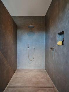 salle de bain en béton ciré avec douche encastrée et caniveau de douche linéaire
