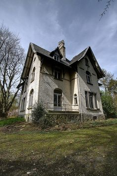Abandoned...... wish I such a house, how can anybody neglect this so beautiful house??