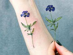 farbiges blumen tattoo am unterarm, kleine tätowierung, lila blume