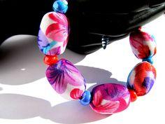 """Náramek """"Letní květy"""" Pestrobarevný náramek z hedvabné latky a velkých korálků. Idealní doplněk pro letní šaty. Možna kombinovat z náhrdelníkem """"Letní květy"""" Délka = 20 + 2,5 cm"""