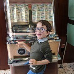 Pare che il nanetto abbia scelto il suo servizio di streaming musicale! Sarà @spotifyitalia_ o @applemusic ?!?  #jukebox #vintage @fondazioneprada #weekend #family #music