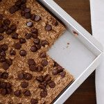You& never know these moist and delicious banana bread chocolate chip oat snack bars are actually healthy (and low in sugar and fat! Banana Bread With Oil, Banana Bread Bars, Healthy Banana Bread, Banana Oats, Chocolate Chip Banana Bread, Chocolate Chips, Oats Snacks, Banana Snacks, Lunch Snacks