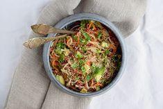 En grov vintersalat med rå grøntsager, masser af smag og sprødhed. Thaisalaten mætter godt, og du kan bruge mange forskellige grøntsager afhængig af hvilke, der er dine favoritter. Server thaisalat…