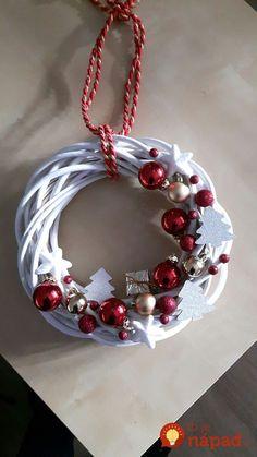 Kúpili len holý kruh z prútia za pár drobných: Keď uvidíte tie úžasné nápady, na prečačkané vence v obchode už ani nepozrite! Christmas Swags, Christmas Mood, Holiday Wreaths, Christmas Tree Ornaments, Christmas Projects, Holiday Crafts, Theme Noel, Diy Wreath, Ornament Wreath