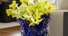 To inspire today and enjoy that spring has arrived, a beautiful arrangement that you can do at home with yellow orchids – Rain of Gold – and a vase of …