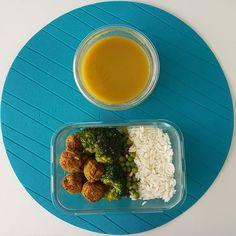 Bom dia e bom almoço! Hoje com arroz ervilhas brócolos e almôndegas de vegetais (de um cadeia sueca de mobiliário muito conhecida)  Tenham uma boa semana