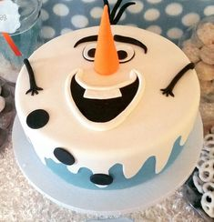 Frozen's Olaf Birthday Cake Frozen cake This is really a nice idea for children's birthday Olaf Frozen Cake, Olaf Cake, Frozen Theme Cake, Disney Frozen, Frozen Cupcake Cake, Fondant Olaf, Birthday Cake Pinterest, Pinterest Cake, Cupcakes