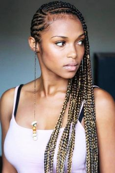 All styles of box braids to sublimate her hair afro On long box braids, everything is allowed! For fans of all kinds of buns, Afro braids in XXL bun bun work as well as the low glamorous bun Zoe Kravitz. Box Braids Hairstyles For Black Women, Shaved Side Hairstyles, Try On Hairstyles, Teenage Hairstyles, Beyonce Hairstyles, Stylish Hairstyles, Layered Hairstyles, Weave Hairstyles, Small Feed In Braids