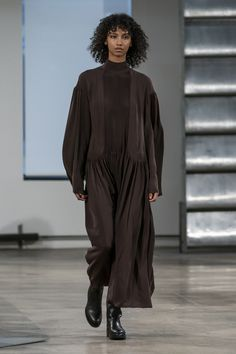 The Row Fall 2019 Ready-to-Wear Fashion Show - Vogue Fashion Over 50, Live Fashion, Fashion Week, Runway Fashion, Fashion Trends, Mode D'ankara, Vogue Paris, Jacquemus, Scandinavian Fashion