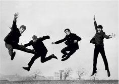 Los Beatles muy bien pueden marcar el inicio de mis gustos musicales en este espacio. Esta imagen, además, los muestra como cuatro notas en el invisible pentagrama del gris cielo de la foto en blanco y negro... Sea, pues, que vivan los Beatles para inaugurar mis pinterestses...