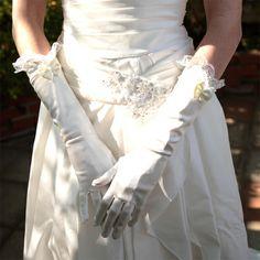 刺繍レースリボングローブ(g-2)  ひじまでいかないくらいの長さが、腕を綺麗に見せてくれます♪ 可愛らしいドレスに合わせてください☆
