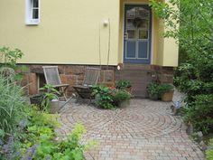 Ein kleiner Sitzkreis vor dem Hauseingang bildet die gemütliche Terrasse. Hier fällt es leicht sich zu entspannen. frieda® Kleinpflaster als Kreisverlegung. #pflaster #pflastersteine #pflastersteinehof #kreisverlegung Patio, Outdoor Decor, Home Decor, Cozy Patio, Lawn And Garden, Paving Stones, House Entrance, Terrace, Interior Design