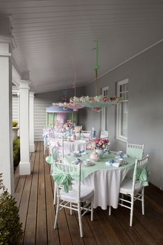Tea on the deck.Shabby Chic ♥ Tea Party Hey now check out the umbrellas, above! Love this for baby shower, bridal shower/luncheon, or just because. Birthday Table, Tea Party Birthday, Jolly Holiday, Festa Party, Party Party, Deco Table, Mary Poppins, Vintage Tea, Dessert Table