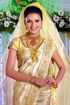 15 Beautiful Pics of indian wedding saree blouse designs Kerala Wedding Saree, Kerala Bride, South Indian Bride, Saree Wedding, Bridal Sarees, Wedding Dress, Wedding Attire, Wedding Bride, Dream Wedding
