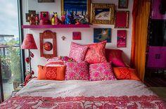 今回は、フランス出身のアーティスト兼女優の、Karen Racicot さんの、カラフルでエキゾチックなお部屋にスポットを当ててみたいと思います。 旅人や宝石デザイナー、ペインターを連想させるような、異国情緒あふれるお部 …
