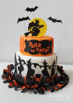 just might have to make this for my birthday cake...Halloween Cake with bats and witches