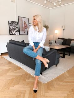 jeans, button down, shoes Chic Outfits, Fashion Outfits, Cheap Fashion, Classy Outfits For Women, Scandinavian Fashion, Classic Style Women, How To Pose, Professional Outfits, Business Outfits
