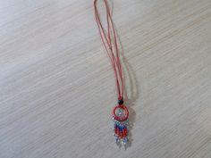 Κολιέ όνειροπαγιδα κοκκινο με μπλε χάντρες από το Μίσαντρα στην χώρα Σαμοθράκη