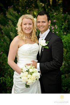 Företagsfoto - Porträttfoto - Bröllopsfotograf - Bröllopsporträtt brudpar Stora Holms säteri: Elin JosephLocation: Stora Holm, Tuve kyrka.