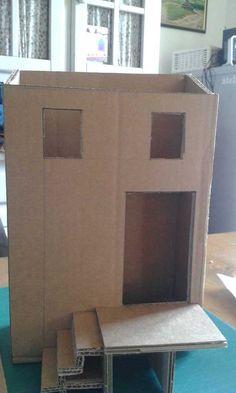 Amélo a fabriqué une maison qui fait 27cm de hauteur, 18cm de façade et 8,5 cm de profondeur. L'escalier fait 7cm de large. Elle assemble les différents panneaux au pistolet à colle, puis elle recouvre toutes les arrêtes de craft collant.