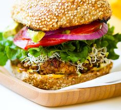 Veggie Burger on Whole Wheat Bun: this spicy vegan chili burger surrounded by a whole wheat sesame seed bun offers complete protein. Burger Recipes, Vegetarian Recipes, Healthy Recipes, Pita Recipes, Vegan Foods, Vegan Dishes, Vegan Meals, Sweet Potato Veggie Burger, Veggie Burgers