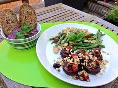 3 recepten uit de Snelle Vegetariër v Jacinta Bokma. Mediterraan gevulde paddestoelen ( met zongedroogde tomaten. pruimen, pijnboompitjes) Sperziebonen met venkel en abrikozen, en Zwarte olijvenpate.  Super kookboek!!