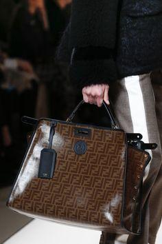 The complete Fendi Fall 2018 Ready-to-Wear fashion show now on Vogue Runway. Gucci Handbags, Fashion Handbags, Purses And Handbags, Replica Handbags, Unique Handbags, Handbag Accessories, Fashion Accessories, Sacs Design, All Black Fashion