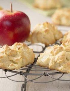 Fruchtiges Weihnachtsgebäck Zutaten (für 22 Stück) : - 100 g Margarine (z.B. SANELLA) (zimmerwarm) - 60 g Zucker - 1 Päckchen Vanillezucker - 2 Eier - 250 g Mehl - 2 TL Backpulver - 2 Äpfel - Backpapier