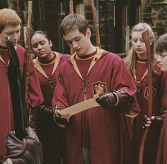 harry potter, quidditch, and gryffindor image Harry James Potter, Casas Do Harry Potter, Oliver Wood Harry Potter, La Saga Harry Potter, Mundo Harry Potter, Harry Potter Pictures, Harry Potter Cast, Harry Potter Fandom, Harry Potter Characters