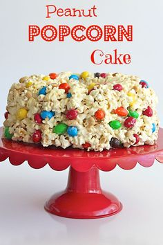 Moms next Birthday cake! Peanut Popcorn Cake - a party perfect cake that's chewy, gooey and full of sweet and salty crunch. Popcorn Cake, Popcorn Snacks, Flavored Popcorn, Gourmet Popcorn, Popcorn Recipes, M&ms Cake, Cupcake Cakes, Cupcakes, Yummy Treats