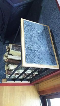 薪ラックを自作。 天板には炉壁を同じ御影石を使用しました。