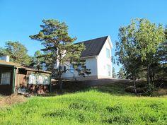 norra sidan. bruna huset ska bort. trädet (tall) stannar. grönområdet ska bort och bli en lätt skött konst/lek park. När bruna huset bli borta ska man kanske kunna se trappan/terrassen från den här punkten.